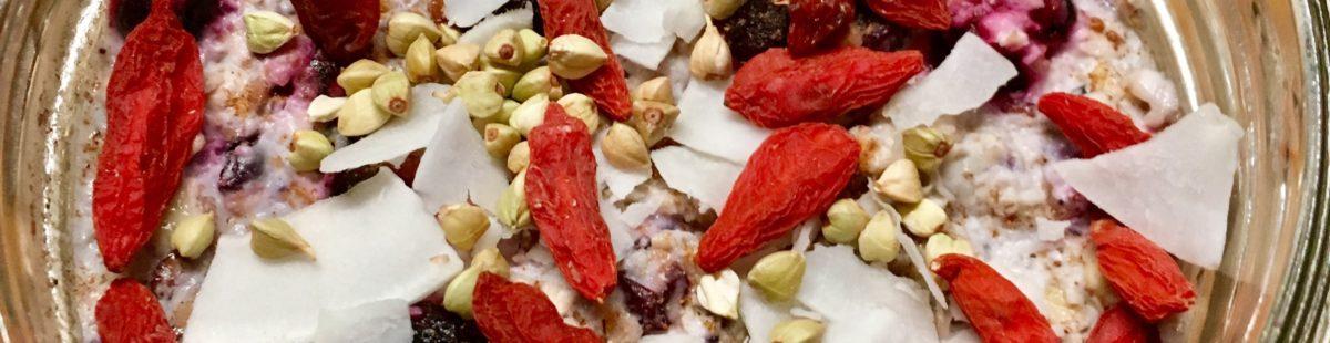 Havre & chia kjøleskapsgrøt med mandelmelk & blåbær
