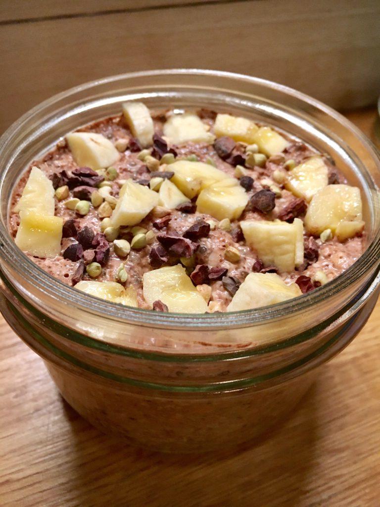 Read more about the article Protein & energirik bokhvete kjøleskapsgrøt med råkakao og banan