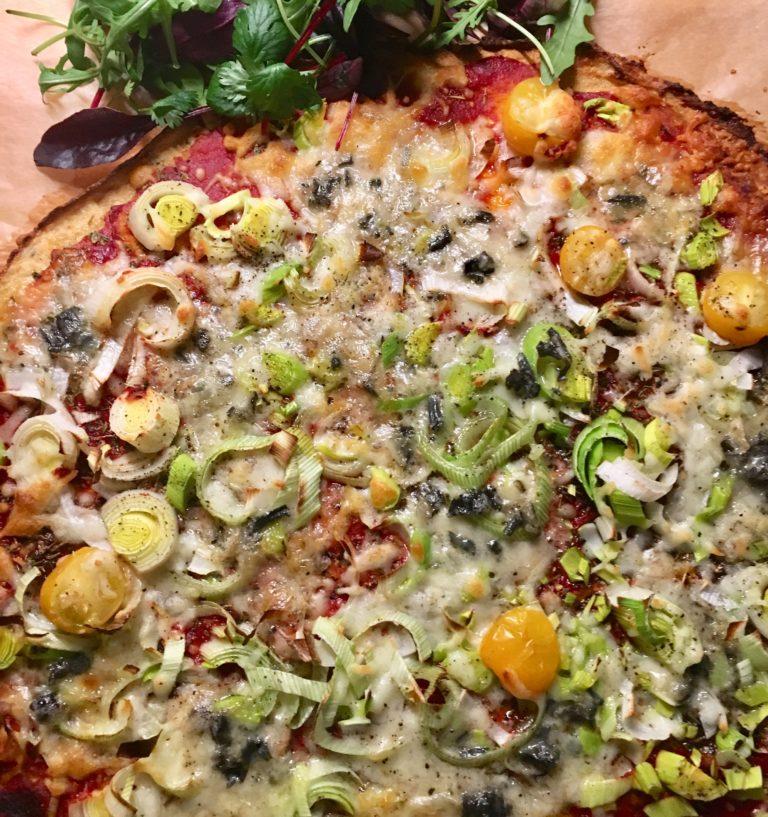 Read more about the article BLOMKÅLPIZZA med ost, timian og cherrytomater