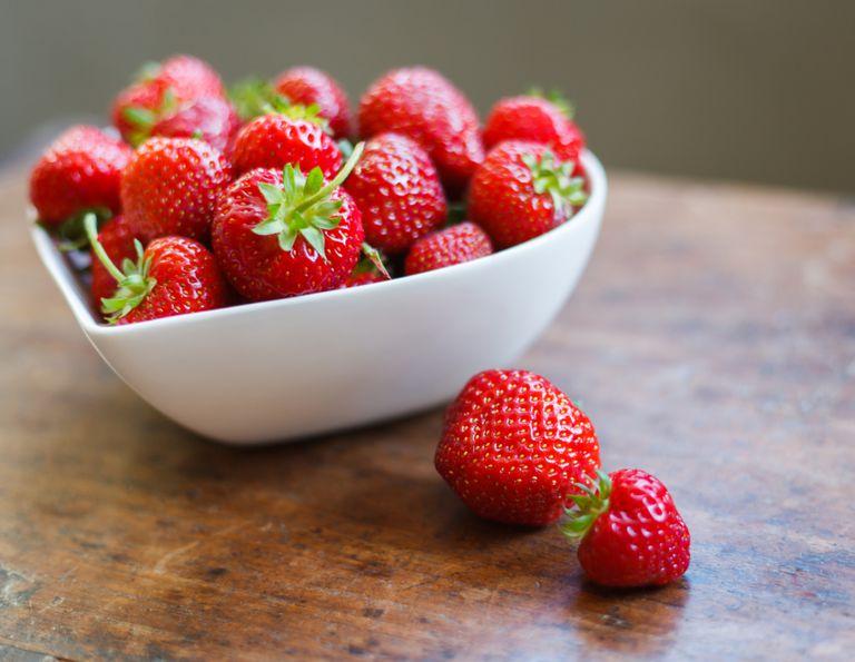 Fruktsalat med jordbær, lime, mynte og gresk yougert