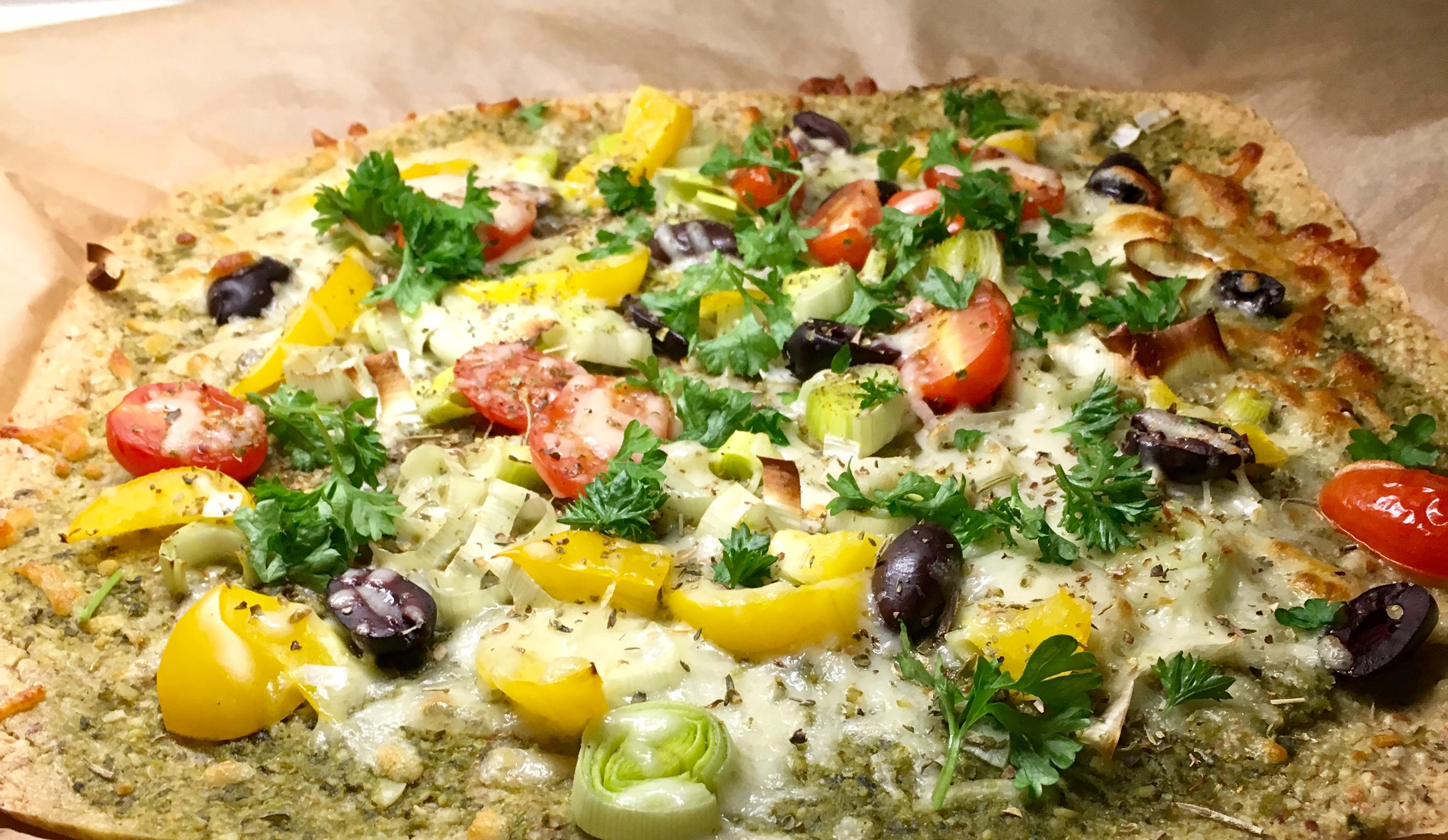 Vegetar glutenfri ostepizza med mandel og havre bunn