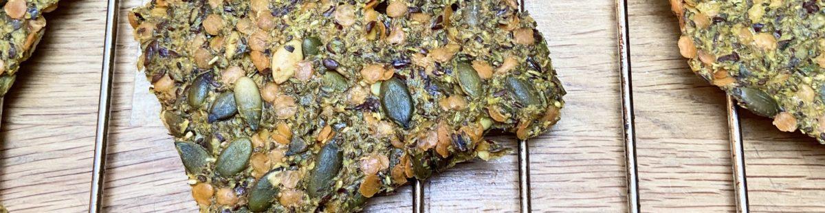 Knekkebrød med røde linser, frø og gurkemeie